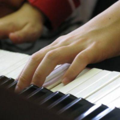 Родители учеников музыкальной школы просят депутатов облдумы обуздать рост цен на занятия